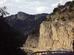 Por la carretera entre rocas