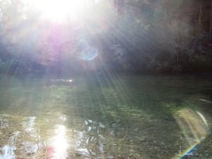 La caída del sol sobre el río